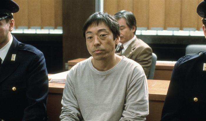 니시카와 미와 감독의 초기작 <유레루>(2006)는 상반된 성격의 형제의 비극적인 이야기다. 순진한 형 미노루와 활발한 성격의 동생 타케루, 형제가 어릴 때부터 친하게 지낸 치에코. 세 사람이 함께 산속으로 놀러갔다가 치에코가 추락사 한다. 치에코의 실수인 줄 알았던 사건의 전말이 밝혀지는 과정을 그려낸 <유레루>는 타인의 시선에 갇힌 인물의 내면을 들여다 보는 영화다. 사진 영화사 진진