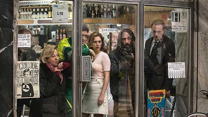 <더 바>는 알렉스 데 라 이글레시아 감독의 신작으로, 음료를 마시고 바에서 나간 손님이 가게 앞에서 살해되면서 바 안에 갇힌 고객들의 공포와 분노를 보여준다. 사진 21회부천국제영화제