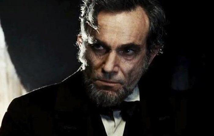 """메릴 스트립이 준 오스카 트로피를 받은 다니엘 데이 루이스는 농담으로 """"스티븐 스필버그가 링컨 역으로 처음 선택한 배우는 메릴 스트립이었다. 나는 메릴이 연기한 <철의 여인> 마가렛 대처 역의 1순위였다""""며 농담을 던졌다. 두 배우 모두 할리우드를 대표하는 명배우라는 건 확실하다. 사진 이십세기폭스코리아"""