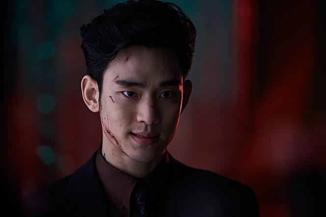 <리얼>의 90% 이상은 1인 2역을 맡은 김수현이 끌어간다. 그가 같은 얼굴로 다른 인물을 표현하기 위해 상당히 고심했던 흔적이 보인다. 사진 CJ엔터테인먼트