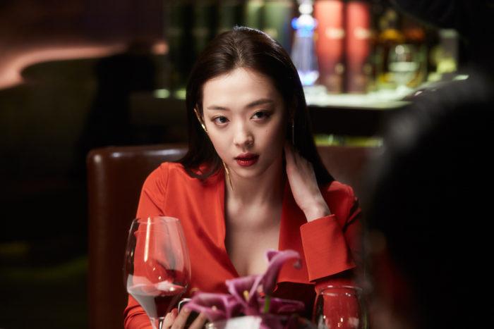 장태영(김수현)의 여자친구 송유화 역으로 최진리(설리)가 출연해 과감한 노출 연기를 펼쳤지만, 캐릭터에 개연성이 없고 그저 말초적 볼거리의 도구처럼 보인다. 사진 CJ엔터테인먼트