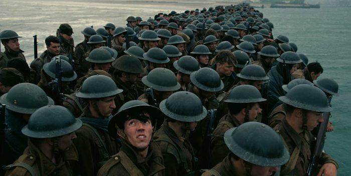 <덩케르크>에서 민간인이 덩케르크로 군인들을 싣는 중심 이야기는 다이나모 작전의 내용이다. 1940년 2차 세계대전 중 영국군을 비롯한 연합군 33만 8,226명이 영국 도버 해협과 75km 떨어진 프랑스 덩케르크에 고립된다. 사진 워너브러더스 코리아