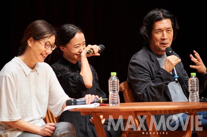 (왼쪽부터) 메가토크를 진행한 김혜리 기자, <밀양>의 배우 전도연, 이창동 감독. ⓒ 맥스무비 김유찬(에이전시 테오)