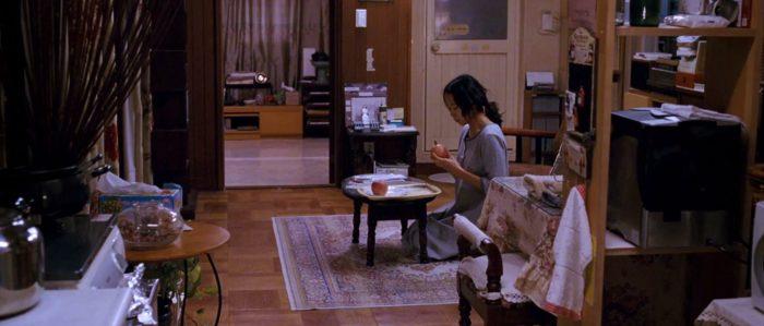 집 안의 온 방안에 형광등을 다 켜고 앉은 신애(전도연)는 사과를 깎다 말고 위를 올려다 보며 과도로 자신의 손목을 긋는다. 최초 시나리오에 쓰인 저수지 자살 시도 장면 대신 새로 쓰인 장면이다. <밀양>(2007) 캡쳐