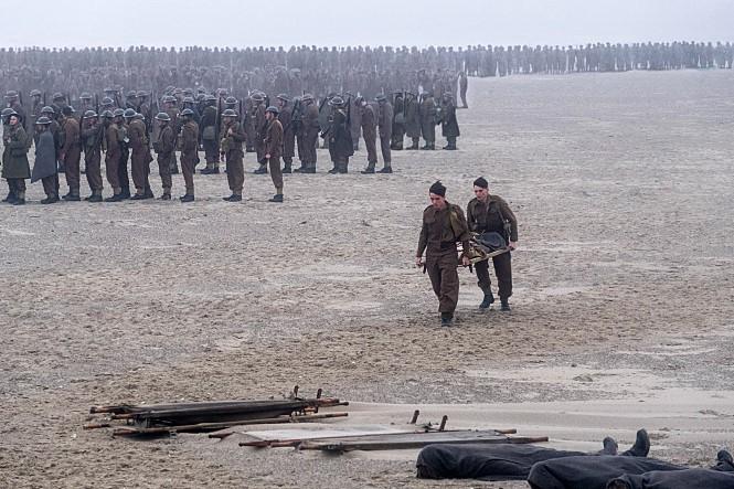 <덩케르크>는 기존 전쟁 영화와 달리 아군과 적군의 피 튀기는 전투나 기적적 승리 등을 그리지 않는다. 이 영화는 전멸의 위기를 앞둔 병사들의 생존 의지를 담은 '생존 영화'에 가깝다. 사진 워너브러더스 코리아