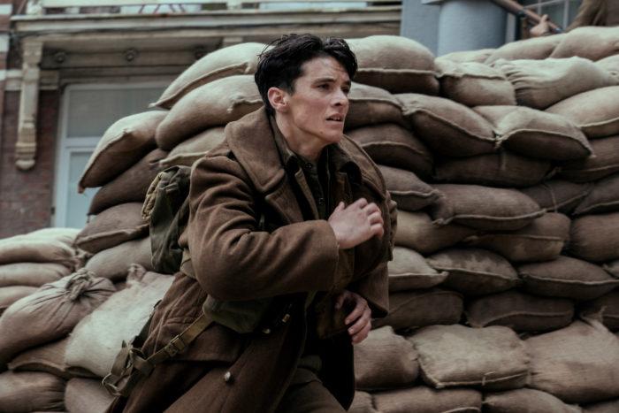 병사들의 헐떡거리는 숨소리와 현장음만이 영화를 가득 채운다. 하지만 그들의 두려움과 긴장감, 아픔이 고스란히 전달되어 결국엔 눈물이 차오른다.사진 워너브러더스 코리아