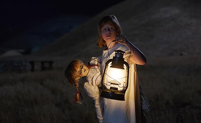 <애나벨> 시리즈의 두 번째 이야기 <애나벨: 인형의 주인>은 애나벨 인형에 악령이 들리게 된 시초의 사건을 다룬다.사진 워너브러더스코리아