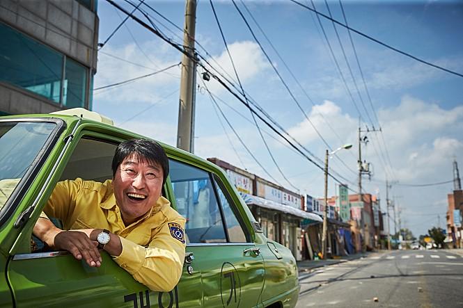 <변호인> <괴물>에 이은 송강호의 또 하나의 천만 영화가 탄생했다. <택시운전사>가 이들의 기록을 모두 뛰어넘을 수 있을지 관심이 뜨겁다. 사진 쇼박스