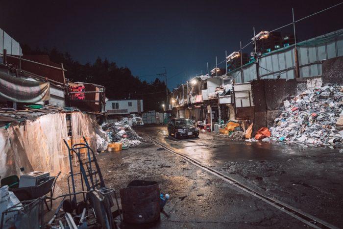 자정이 넘은 시각 서울의 한 폐차처리장에서 <범죄도시> 촬영 준비가 한창이었다. 형사 마석도와 조직 보스 장첸의 결투가 벌어지는 촬영을 앞두고 있다. 사진 메가박스(주)플러스엠