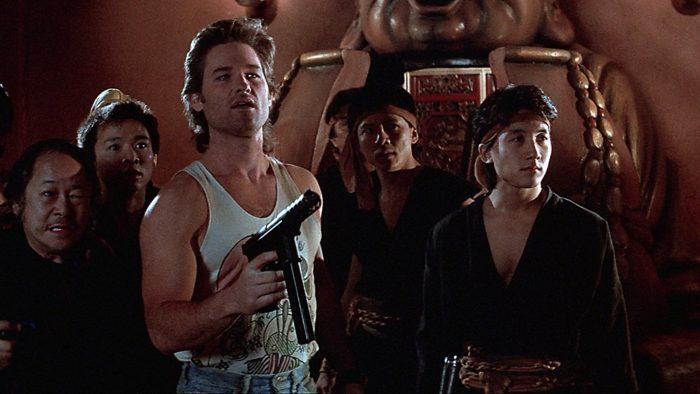 <토르: 라그라노크>를 연출한 타이카 와이티티 감독은 존 카펜터 감독의 판타지 액션 코미디 <빅 트러블>(1986)에 영감을 받았다고 밝혔다. 트럭 운전수 잭 버튼(커트 러셀)이 중국계 건달 왕츠(데니스 던)의 여자친구 마오잉(수지 페이) 구출 작전에 휘말리는 어드벤쳐 영화다.
