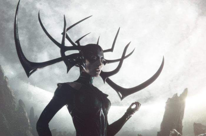 메인 빌런 헬라(케이트 블란쳇)는 오딘의 첫 번째 자식이자 아스가르드 건국의 그림자를 상징하는 존재다. 죽음의 여신이자 토르와 로키의 누나이기도 하다. 사진 월트 디즈니 컴퍼니 코리아