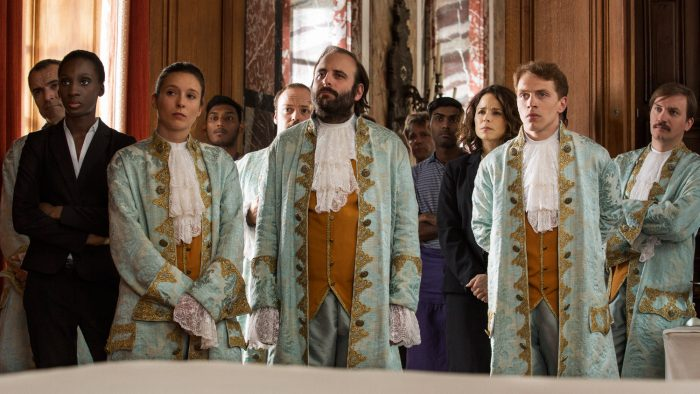 주인공들은 17세기 고성에서 열리는 결혼식장에서 결혼식을 성공시키기 위해 고군분투한다. 올리비에르 나카체, 에릭 토레다노 감독은 이 고성을 프랑스 사회의 단면을 보여주기 위한 장소로 꼽았다. 사진 디스테이션