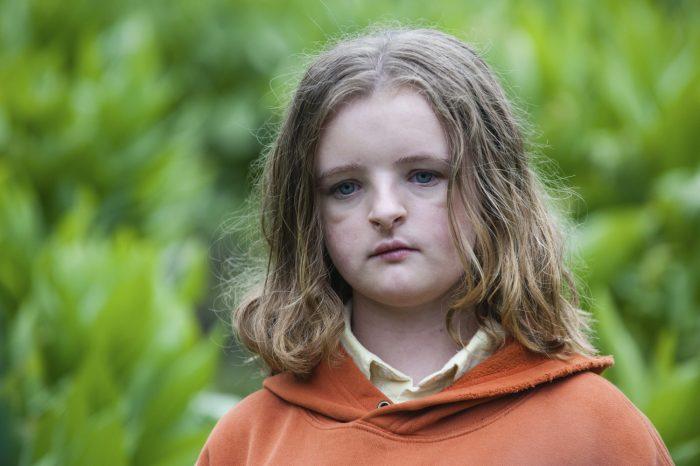 찰리를 연기한 밀리 샤피로는 열 살 때 토니상을 받았다. 사진 찬란