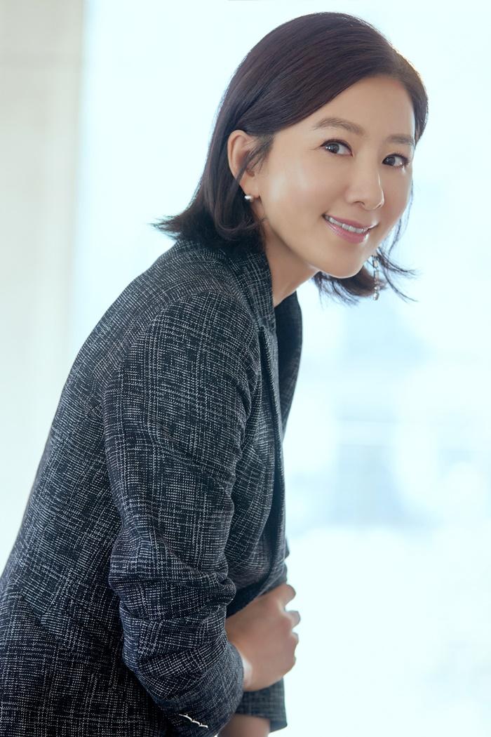 새로운 도전을 두려워하는 않는 마음과 최선을 다하는 자세는 35년차 배우 김희애의 원동력이다. 사진 NEW