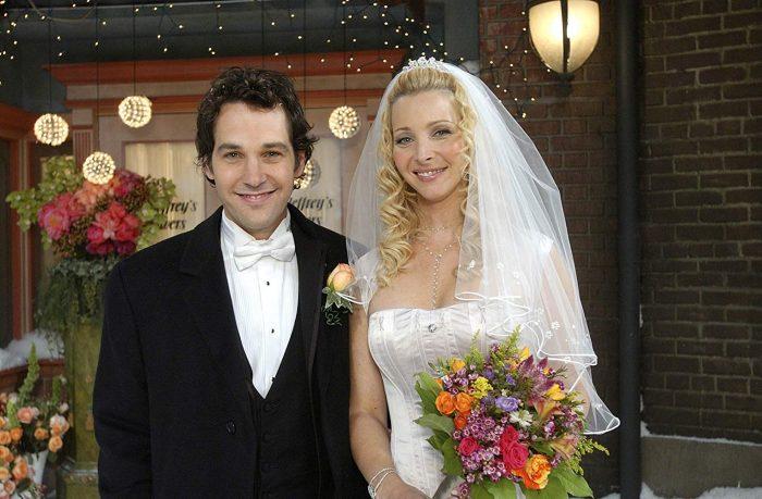 마이클 하니건과 피비 부페이의 결혼식 에피소드. 왼쪽이 폴 러드, 오른쪽이 리사 쿠드로다. 사진 '프렌즈' 스틸