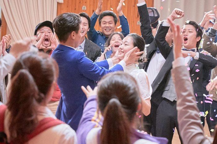 두 달의 연습을 거쳐 완성된 배우들의 댄스 장면은 김고은과 박정민의 입맞춤으로 마무리된다. 두 사람의 귀여운 입맞춤은 이준익 감독도 몰랐던 배우들의 애드리브다. 사진 메가박스 플러스엠