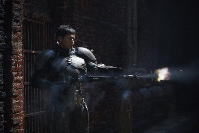 김지운 감독의 신작 '인랑'은 통일을 앞둔 근미래 한반도에서 일어나는 권력기관 간의 전쟁과 인간병기로 훈련된 한 남자의 번민을 그린다. 사진 워너브러더스 코리아