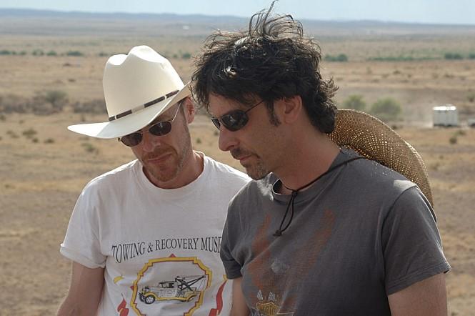 '노인을 위한 나라는 없다'(2008)는 (왼쪽부터) 에단 코엔, 조엘 코엔 감독의 담담하고 태연한 살인마를 그려낸다. 사진 해리슨앤컴퍼니