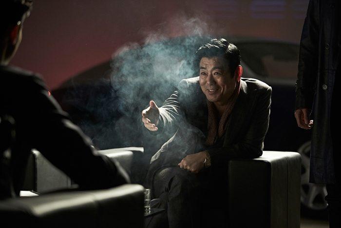 영화 후반부, 붉은 수트를 입은 장태영(김수현)의 격투는 중국 무용과 중국 무술을 떠올리게 한다. 사진 CJ 엔터테인먼트