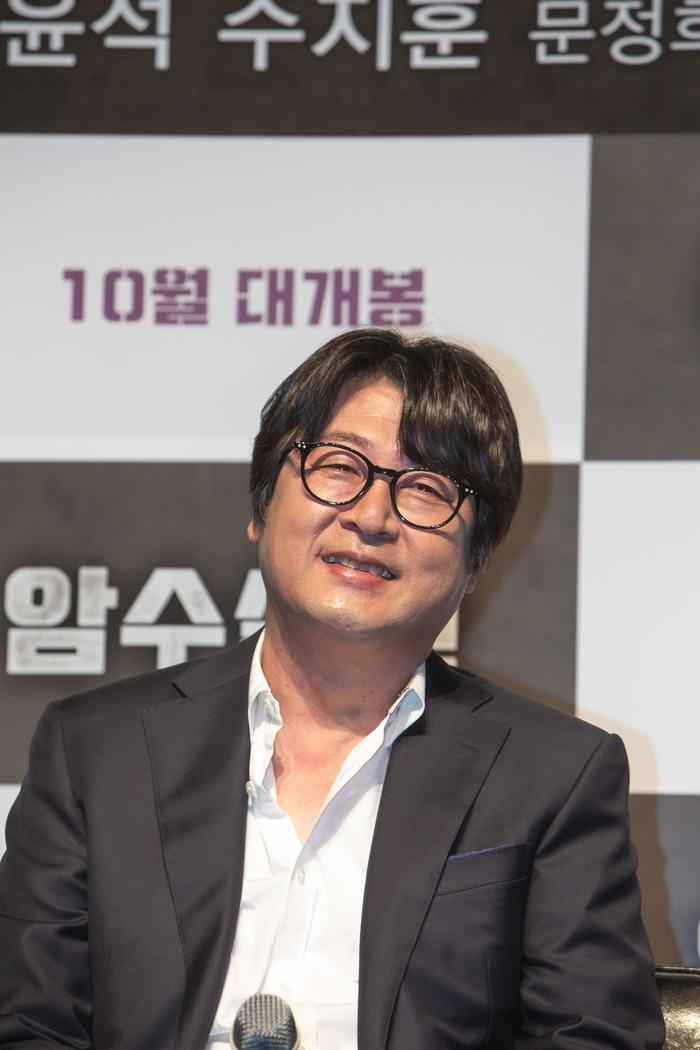 실제 부산 출신인 김윤석은 사투리 연기를 해야 하는 주지훈에게 도움을 줬다. 사진 쇼박스