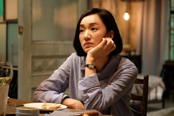 수연은 관장 경쟁자인 민 실장(한주영)의 일정을 가로채 파리로 향한다. 사진 롯데엔터테인먼트