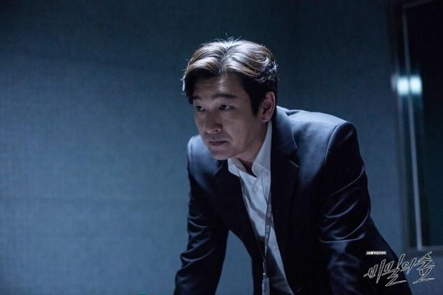 '비밀의 숲'은 감정을 느끼지 못하는 외톨이 검사 황시목(조승우)이 정의롭고 따뜻한 형사 한여진(배두나)과 함께 검찰 스폰서 살인사건을 파헤치면서 벌어지는 이야기를 담은 드라마다. 사진 tvN
