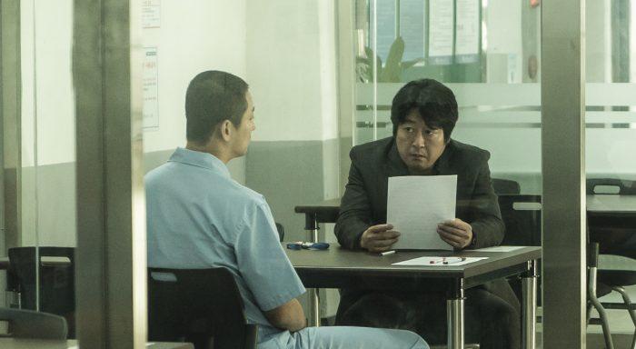 김형민과 김정수 형사는 모두 살인범의 진술을 믿지만 끝까지 의심하면서 사건을 파헤쳐 나간다. 그들에게 가장 중요한 일은 살인범과 나누는 대화였다. 사진 쇼박스