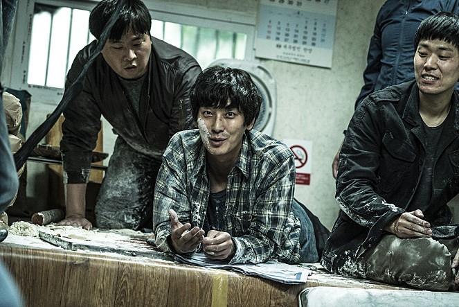 '암수살인'의 형사 김형민(김윤석)과 '그것이 알고 싶다'의 실제 인물인 형사 김정수는 부산의 한 국수집에서 처음 만난다. 사진 쇼박스