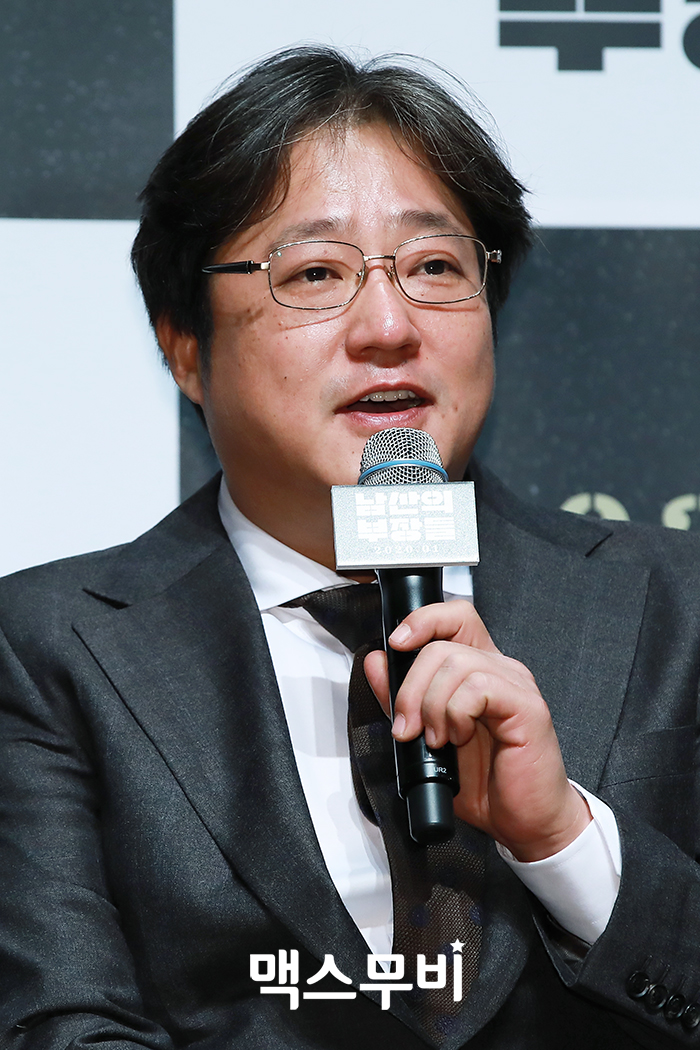 배우 곽도원이 인사를 하고 있다.