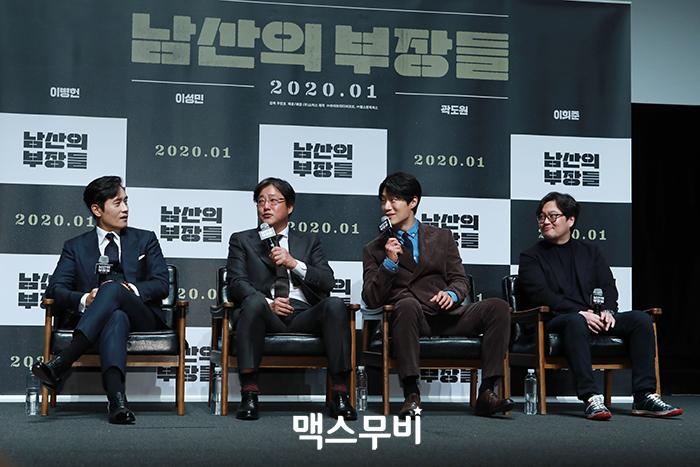 배우 이병헌, 곽도원, 이희준, 우민호 감독이 질문에 답하고 있다.