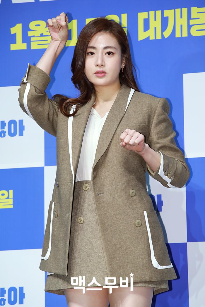 배우 강소라가 포토타임을 갖고 있다.