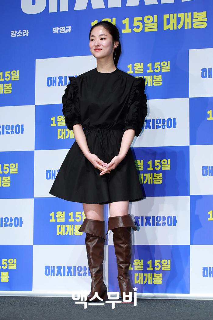 배우 전여빈이 포토타임을 갖고 있다.