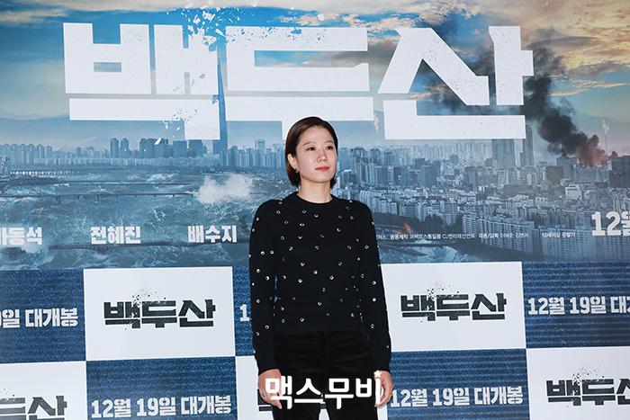 배우 전혜진이 포토타임을 갖고 있다.