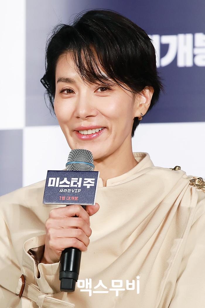배우 김서형이 인사하고 있다.