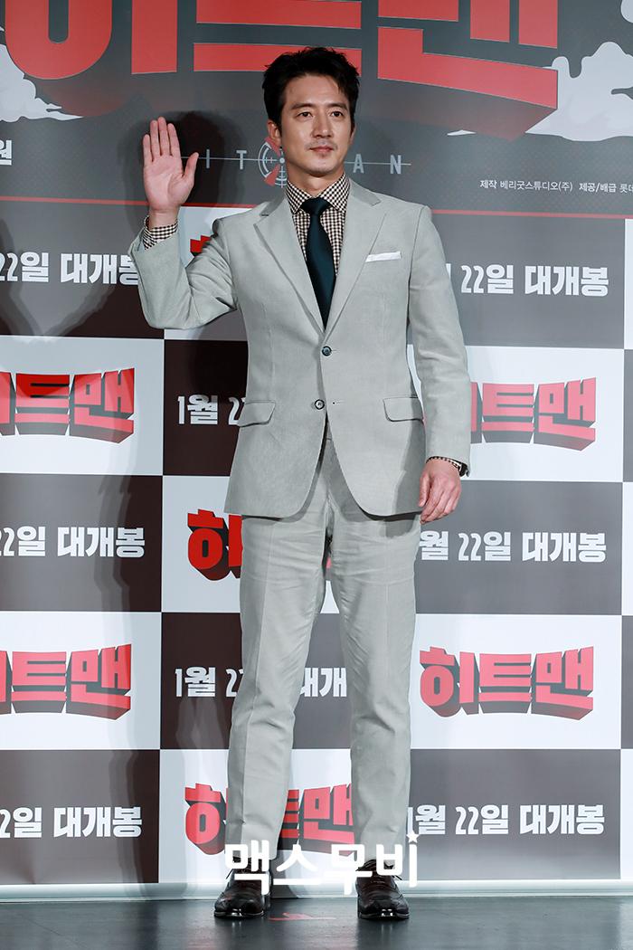 배우 정준호가 포토타임을 갖고 있다.