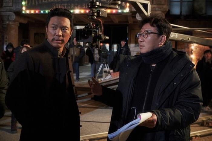 영화 '영웅' 정성화, 윤제균 감독(왼쪽부터) 현장 스틸. 사진 CJ엔터테인먼트