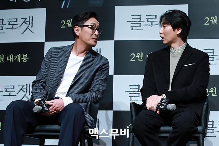 배우 하정우, 김남길이 대화하고 있다.