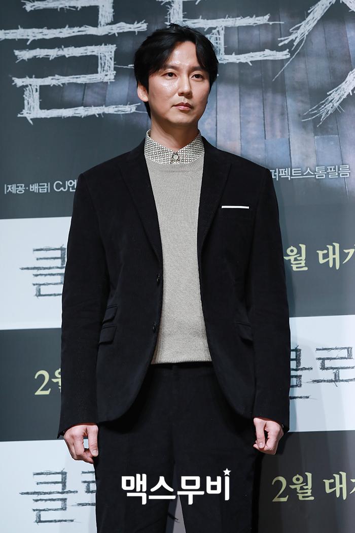 배우 김남길이 포토타임을 갖고 있다.