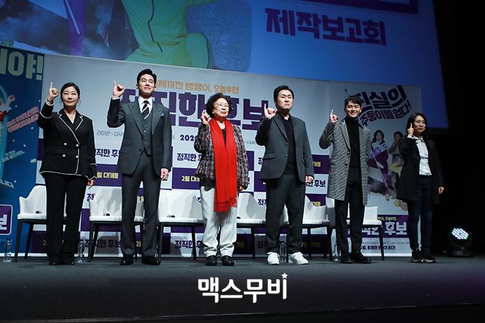 배우 라미란, 김무열, 나문희, 윤경호, 장동주, 장유정 감독이 인사하고 있다.