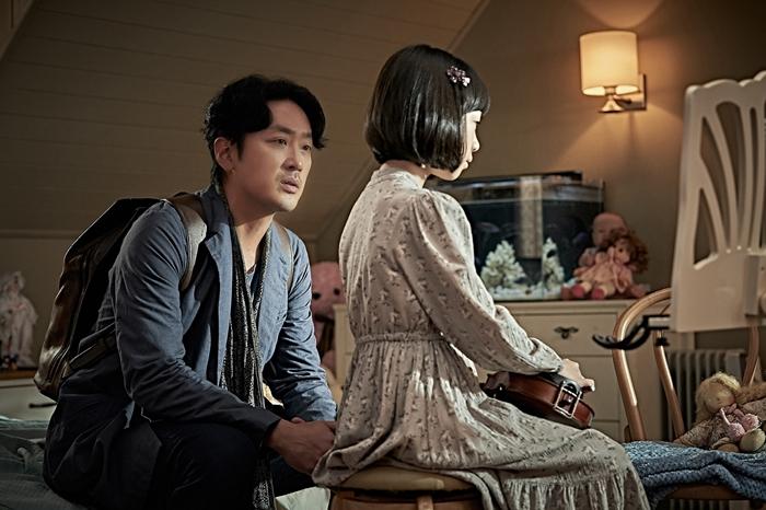 영화 '클로젯' 하정우, 허율(왼쪽부터) 스틸. 사진 CJ엔터테인먼트