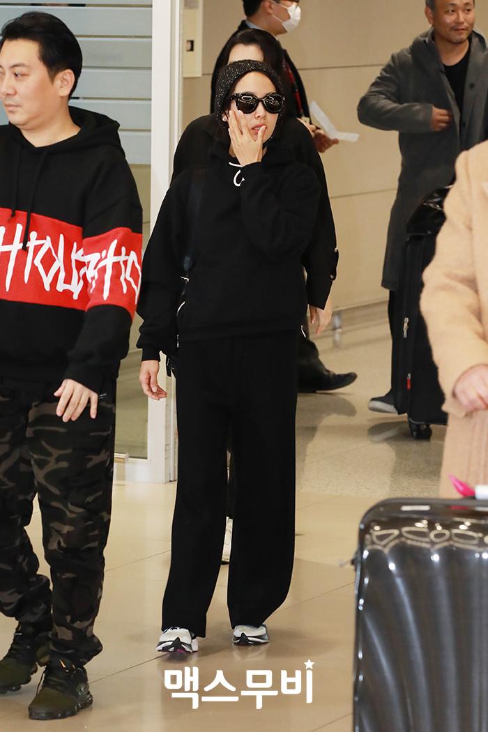 배우 조여정이 인천공항을 통해 입국하고 있다.