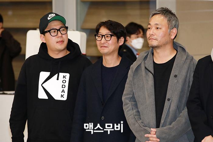 영화 기생충의 한진원 작가, 양진모 편집감독, 이하준 미술감독이 인천공항을 통해 입국하고 있다.