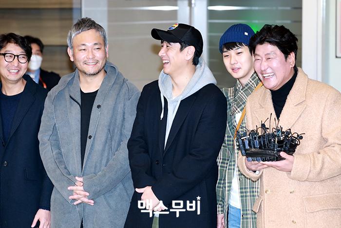 배우 송강호가 질문에 답하고 있다.