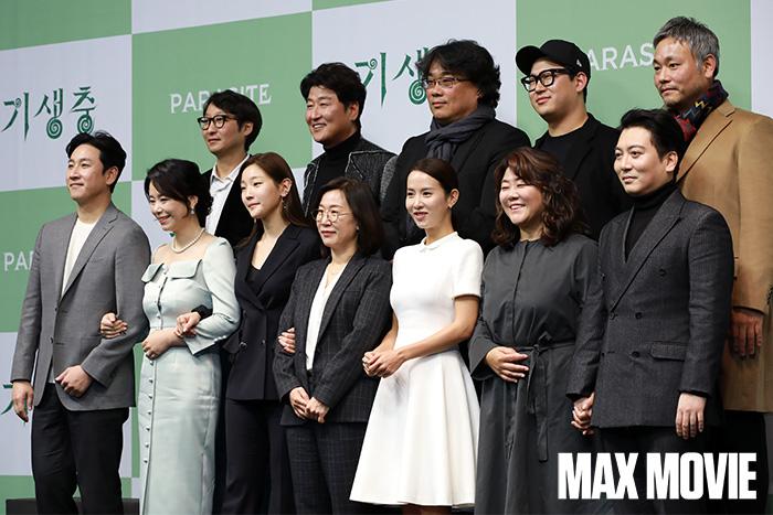 영화 기생충의 감독과 제작진이 포토타임을 갖고 있다.