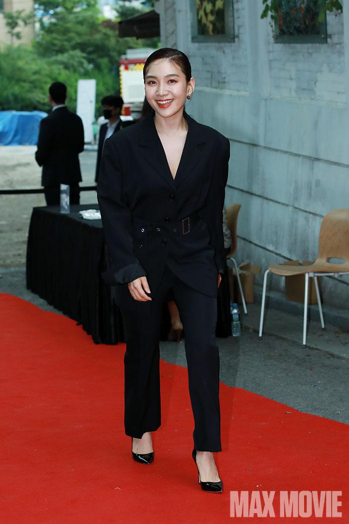 배우 최희서가 입장하고 있다.