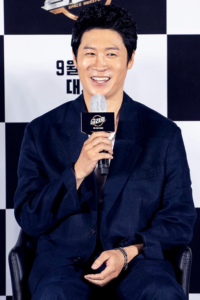 배우 진선규가 질문에 답하고 있다. 사진 메리크리스마스